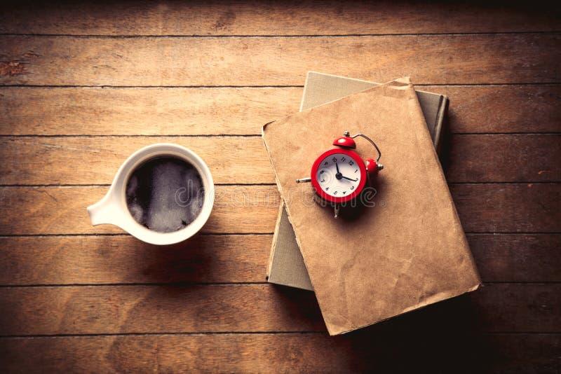 Белая чашка с кофе и книгами стоковые фото