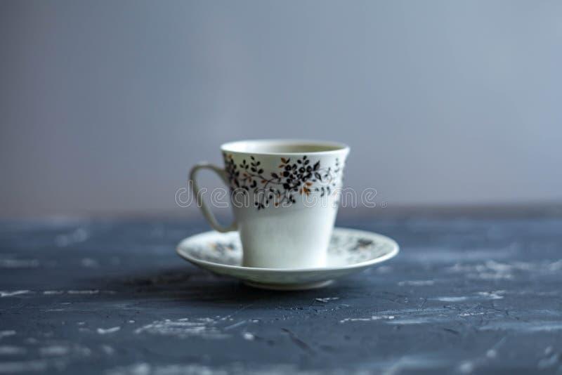 Белая чашка с черным кофе на темной предпосылке стоковое фото