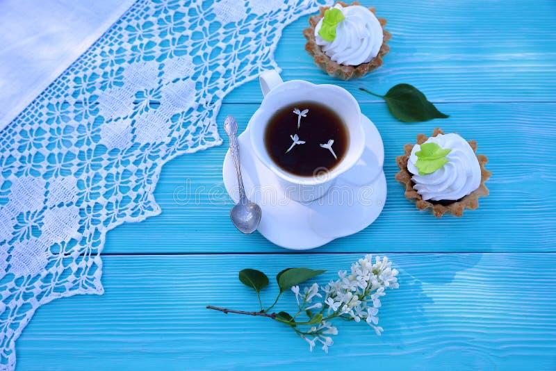Белая чашка чаю и десерт печенья стоковая фотография