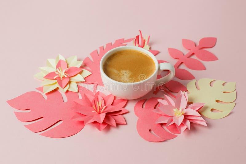 Белая чашка эспрессо на розовой пастельной предпосылке с современными цветками оформления ремесла бумаги origami, концепции роман стоковые изображения rf