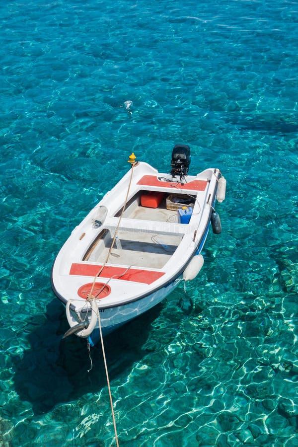 Белая шлюпка на кристально ясном открытом море пляжа Marmara, около ущелья Aradena, остров Крита стоковые изображения rf