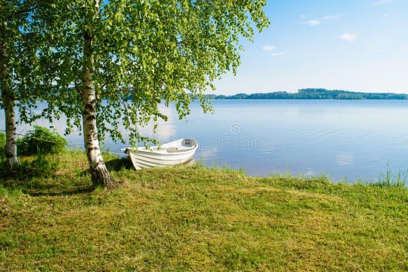 Белая шлюпка на озере стоковая фотография rf