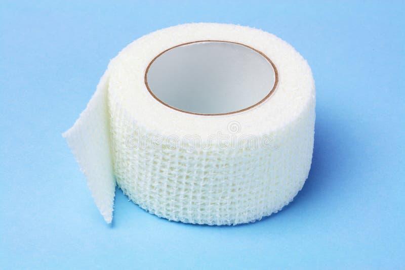 Белая эластичная медицинская повязка стоковые фотографии rf