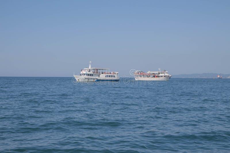 Белая яхта в голубом тропическом море стоковые фотографии rf