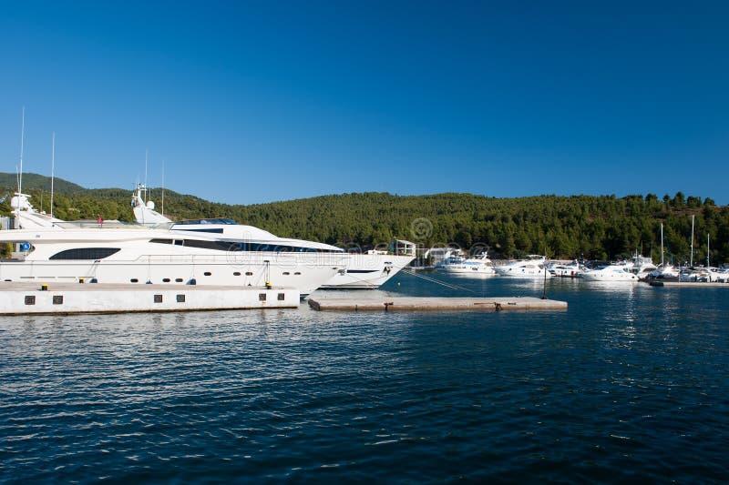 Белая яхта медленно плавая в заливе, шлюпке мечт стоковое фото rf