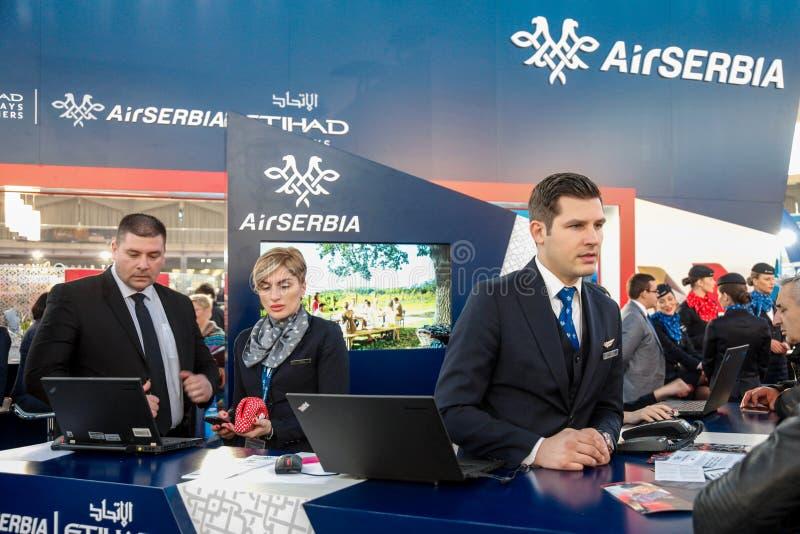 БЕЛГРАД, СЕРБИЯ - 25-ОЕ ФЕВРАЛЯ 2017: Штат Сербии воздуха представляя на стойке ` s несущей во время ярмарки 2017 туризма Белград стоковое фото