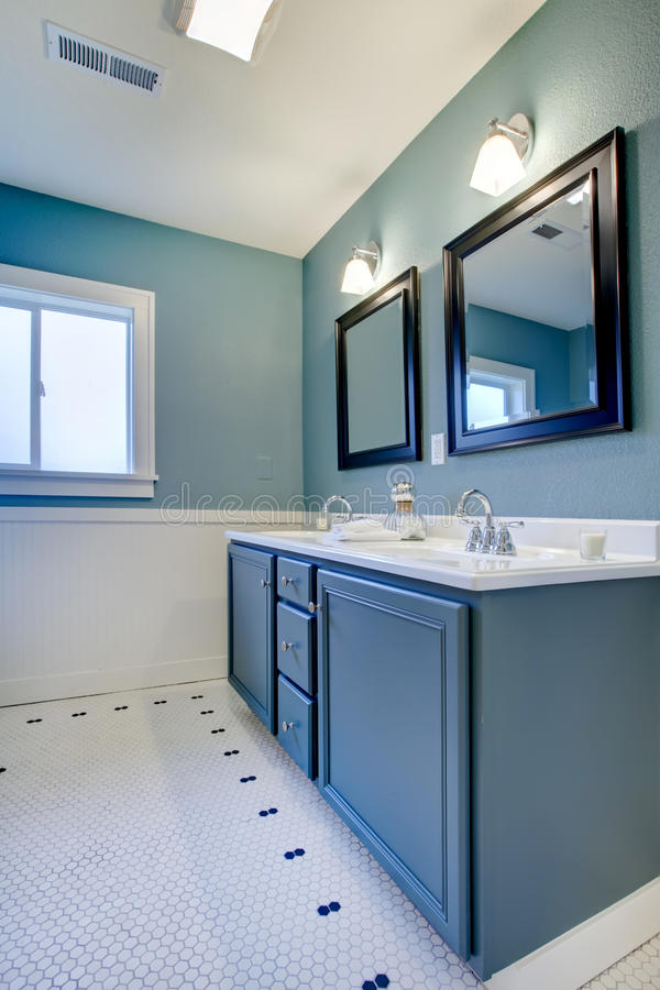 белизна ванной комнаты голубая классицистическая самомоднейшая стоковая фотография