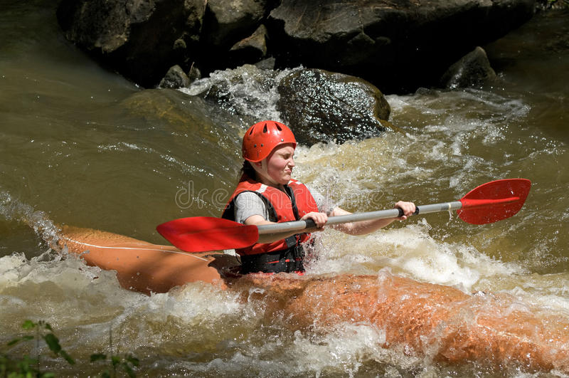 белизна воды девушки kayaking стоковое фото