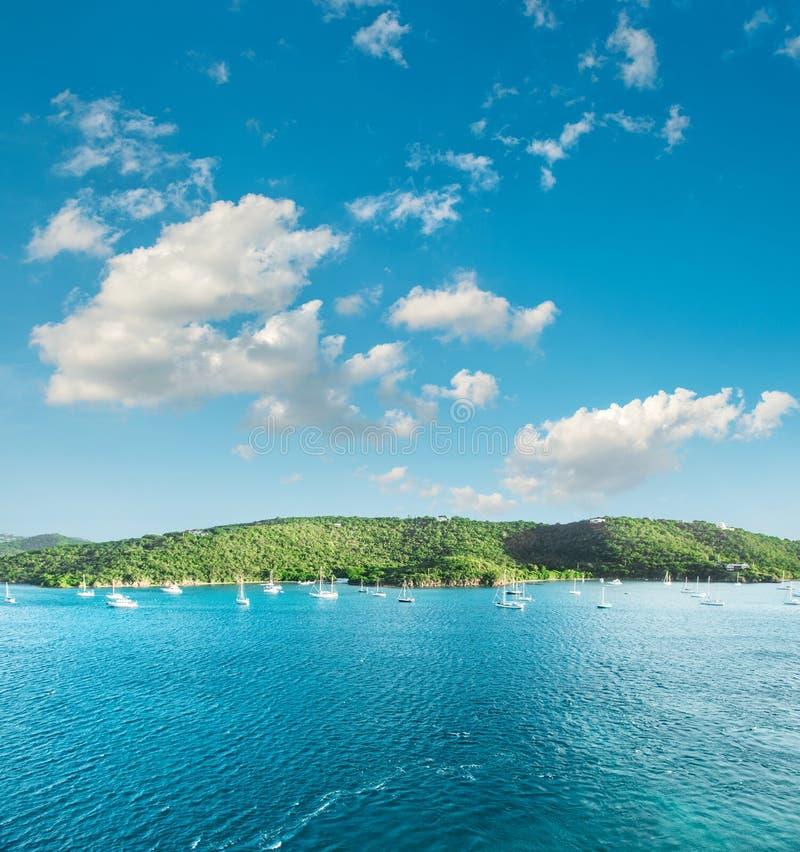 Белизна голубого неба морской воды бирюзы совершенная заволакивает стоковое фото