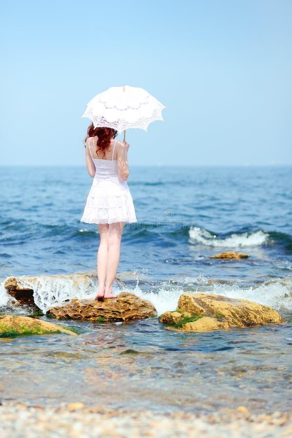 белизна девушки платья стоковая фотография rf