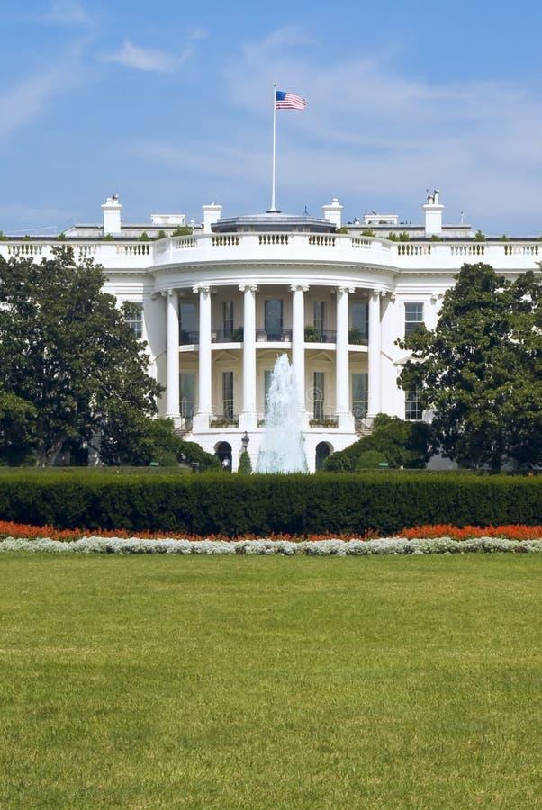 Download белизна дома стоковое изображение. изображение насчитывающей фонтан - 6851297