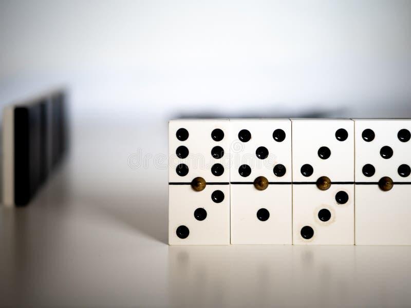 белизна домино предпосылки изолированная игрой Концепция стоковое фото