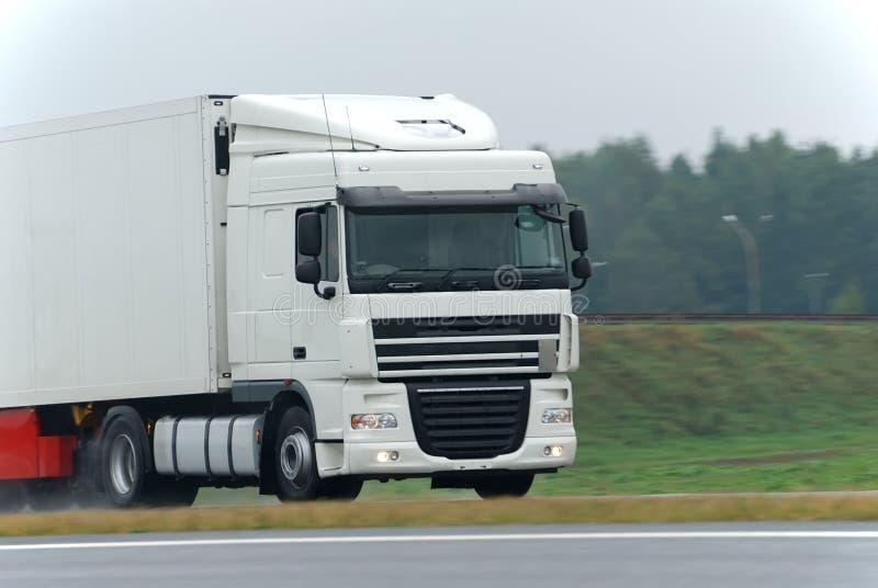 белизна дороги грузовика влажная стоковые фотографии rf