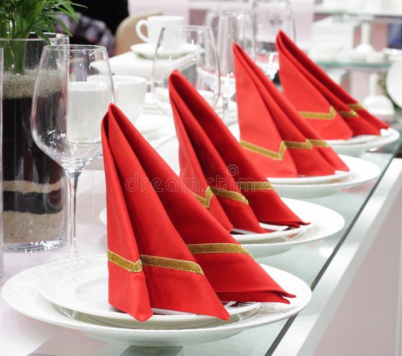 белизна изделий полного красного цвета салфетки установленная стоковые фотографии rf