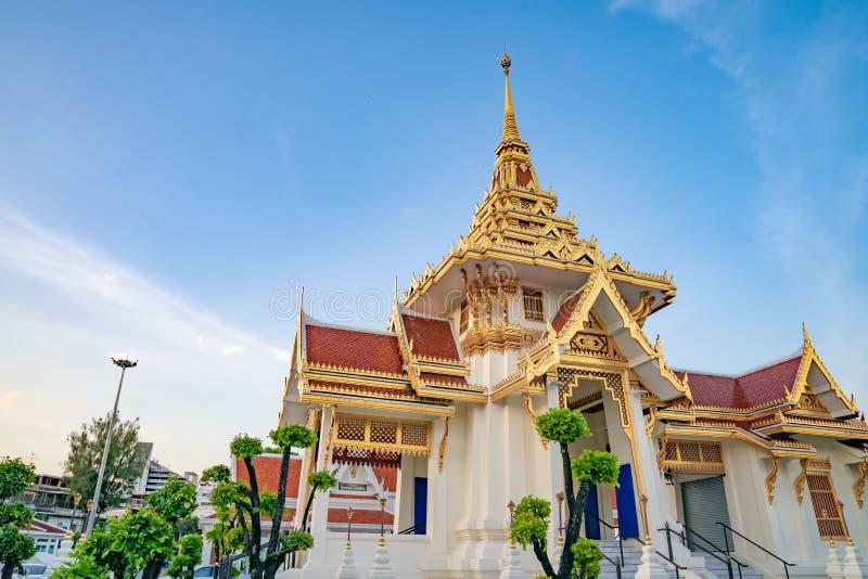 Белизна и крематорий золота в Бангкоке, Таиланде стоковые фотографии rf