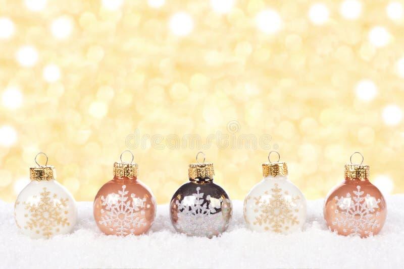 Белизна и орнаменты рождества золота в снеге стоковые фотографии rf