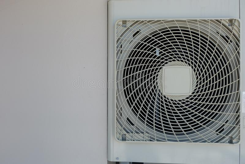 Белизна компрессоров воздуха вставленная к стене стоковые изображения