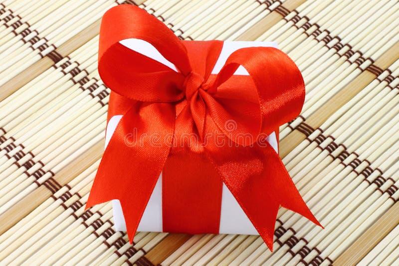 белизна коробки смычка красная стоковое изображение rf