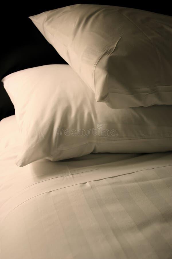 белизна кровати просто стоковое фото