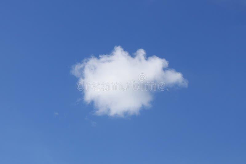 белизна кумулюса облака пушистая одиночная стоковая фотография rf