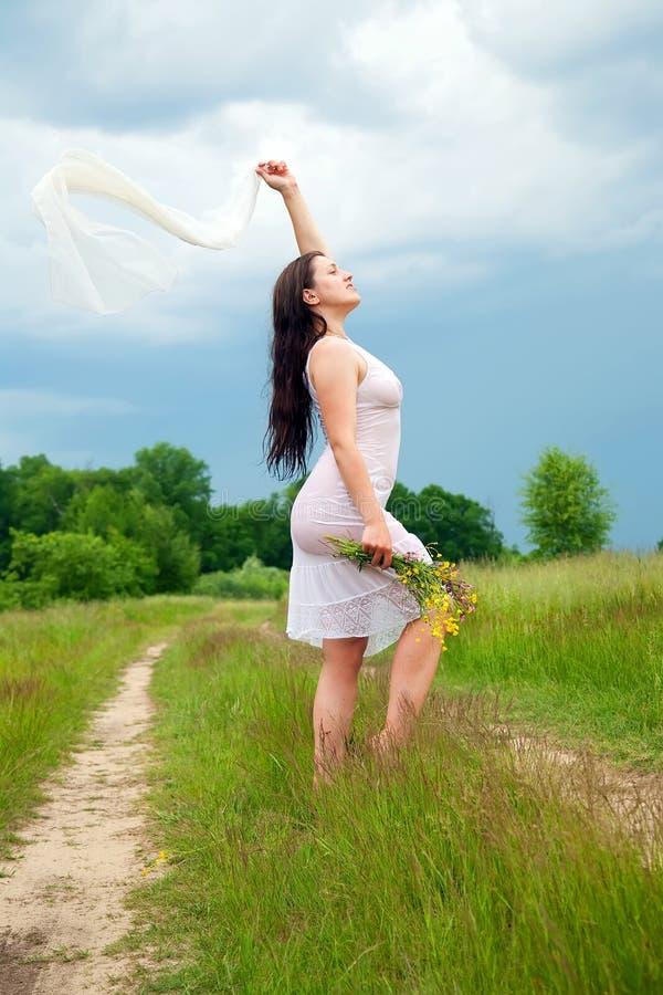 белизна лужка травы девушки стоковая фотография rf