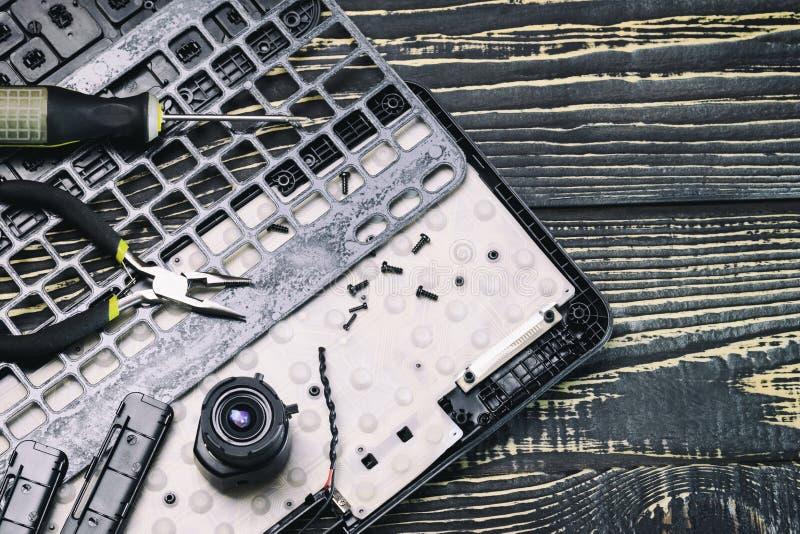 белизна набора инструментов ремонта принципиальной схемы компьютера сломленная клавиатура, отвертка и плоскогубцы, камера, объект стоковое фото rf