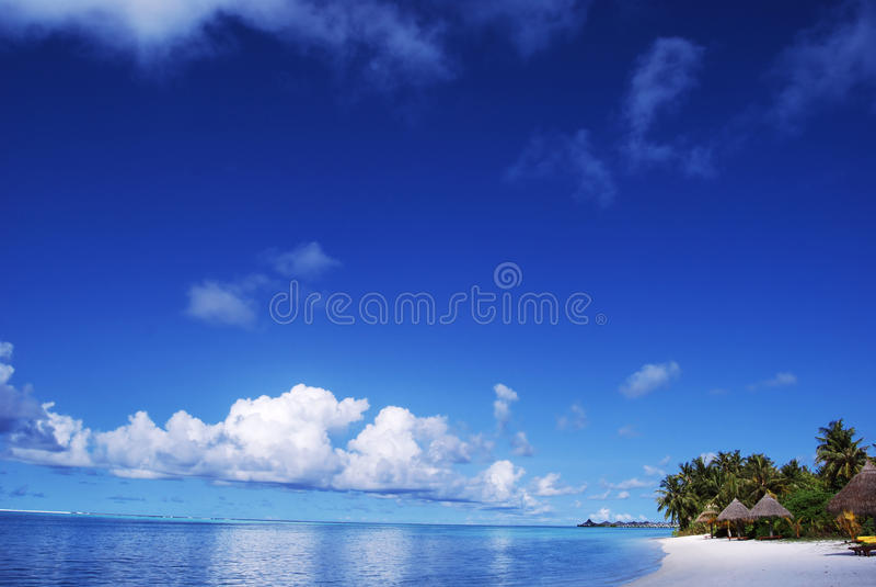 белизна неба песка пляжа голубая стоковое изображение rf