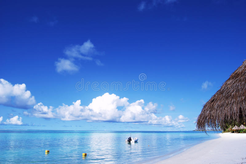 белизна неба песка пляжа голубая стоковое изображение
