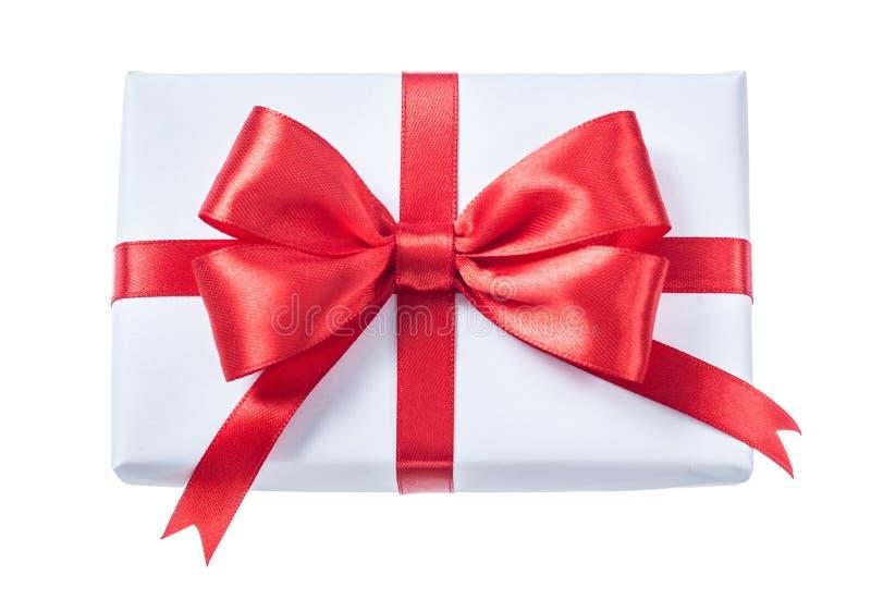 Белизна обернула подарочную коробку при красная лента изолированная на белизне стоковые фото
