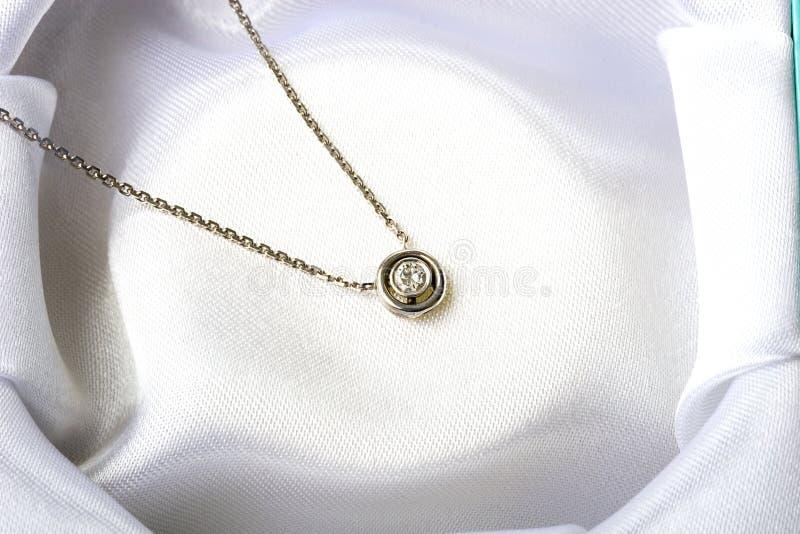 белизна ожерелья ювелирных изделий золота диаманта одиночная каменная стоковая фотография rf