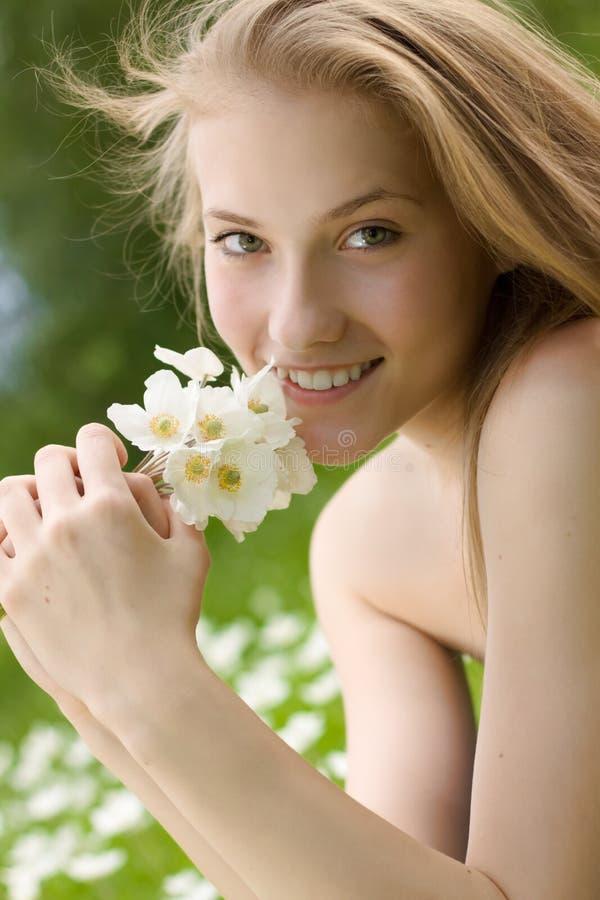 белизна парка девушки цветков предназначенная для подростков стоковое фото rf
