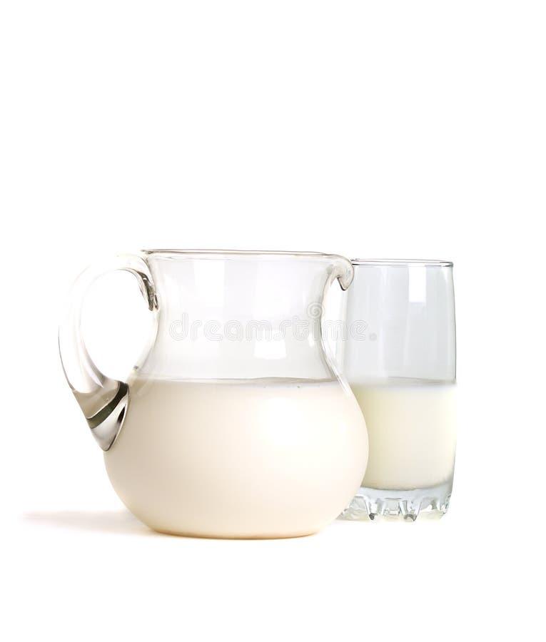Download белизна питчера молока предпосылки стеклянная Стоковое Изображение - изображение насчитывающей опарник, изолировано: 18398739