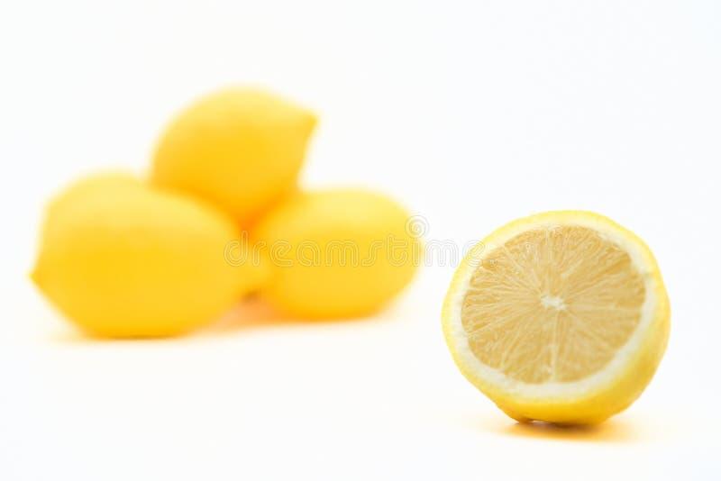 белизна предпосылки отрезанная лимоном стоковая фотография rf