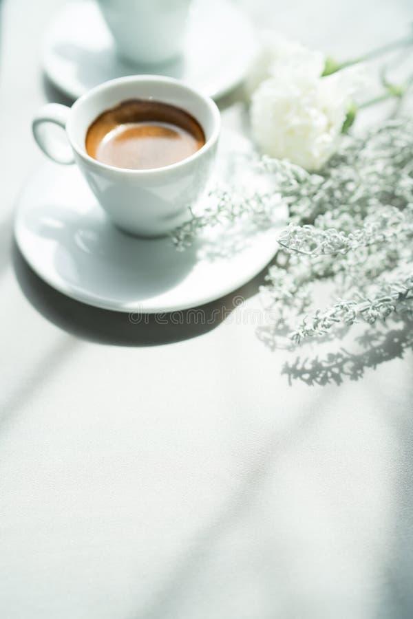 белизна путя кофейной чашки предпосылки изолированная espresso стоковое фото