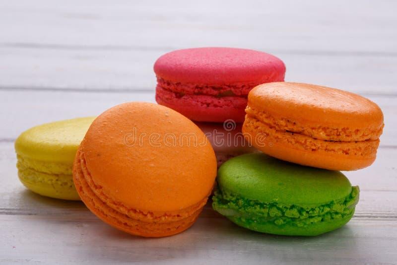 белизна разнообразия французских macaroons деликатности крупного плана предпосылки сладостная деревянное предпосылки белое стоковое изображение rf