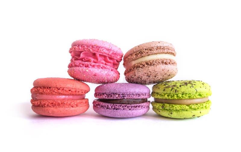белизна разнообразия французских macaroons деликатности крупного плана предпосылки сладостная стоковое изображение