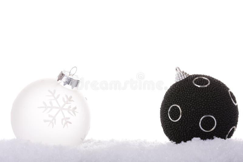 белизна рождества шарика черная стоковая фотография rf