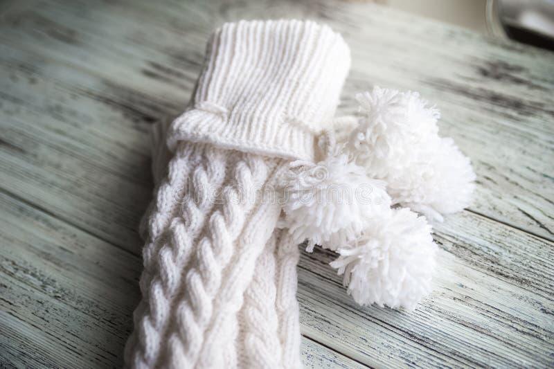 Белизна связала носки, handmade носки на белой предпосылке Текстура связанных вещей стоковая фотография