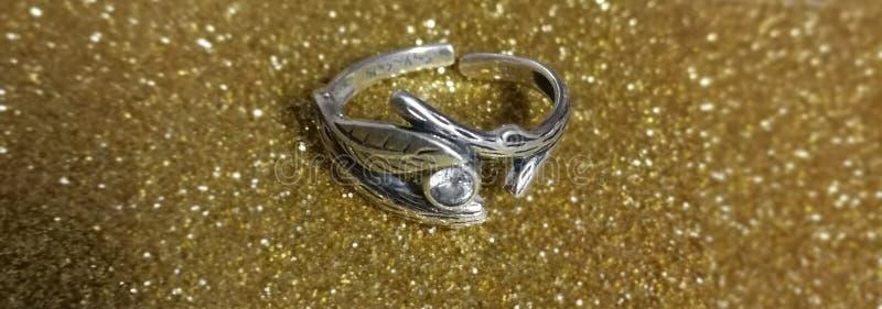 белизна серебра кольца фото предпосылки стоковые изображения rf