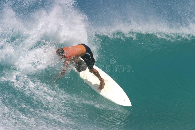 белизна серфера surfboard занимаясь серфингом