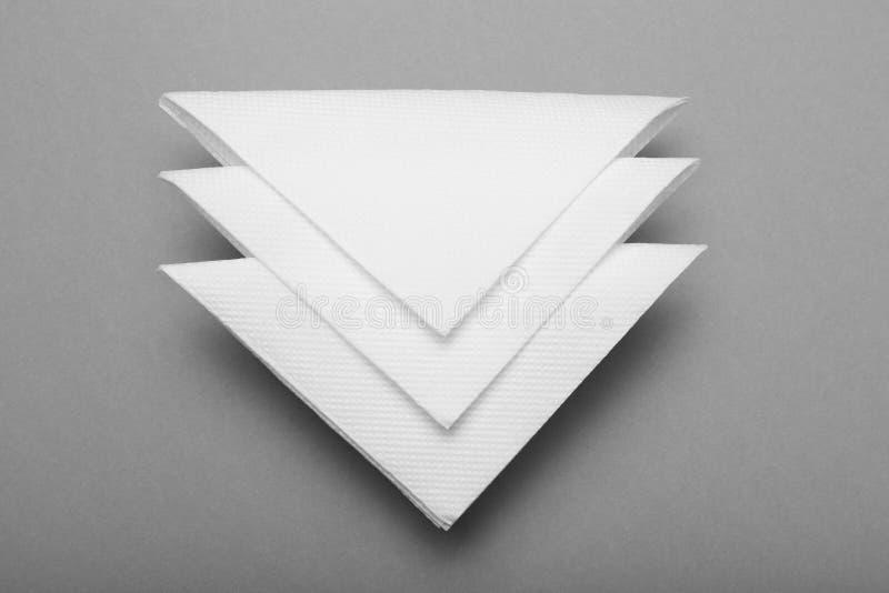 Белизна сложила бумажный serviette, салфетку бара стоковые изображения