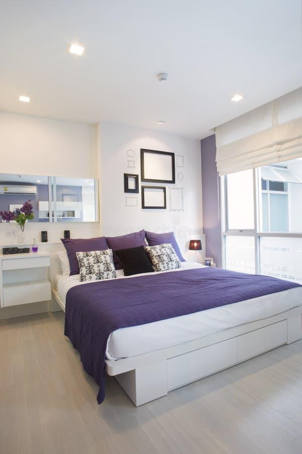 белизна спальни лиловая стоковая фотография rf