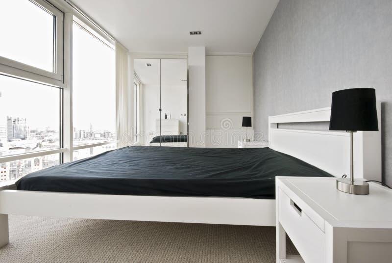 белизна спальни самомоднейшая стоковое фото rf