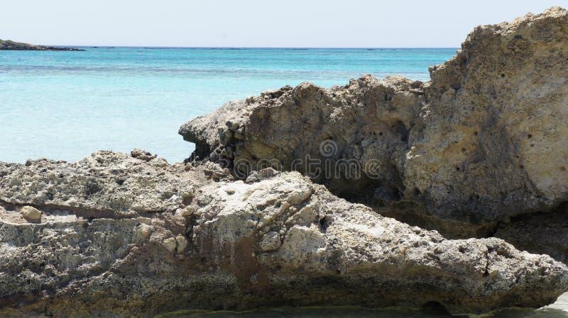 Белизна спокойствия Средиземного моря солнца бирюзы воды утеса Крита Elafonissi пляжа спуска стоковые изображения