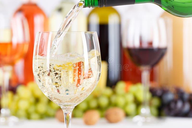 Белизна стеклянной бутылки вина лить льет copyspace стоковые изображения rf