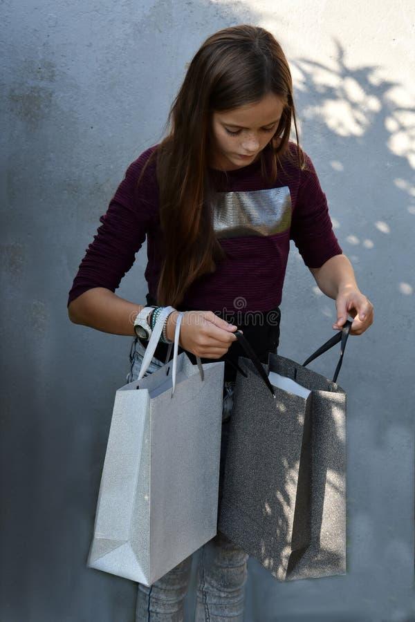 белизна студии съемки покупкы девушки предпосылки стоковое фото rf