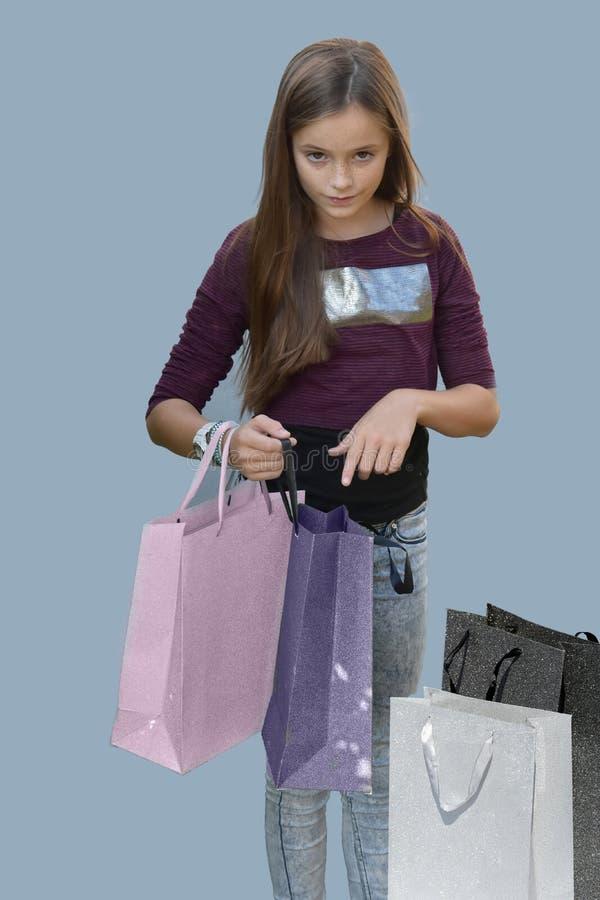 белизна студии съемки покупкы девушки предпосылки стоковые изображения rf