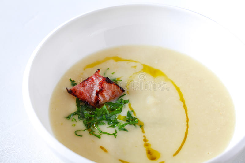 белизна супа картошки бекона спаржи сметанообразная стоковое фото rf