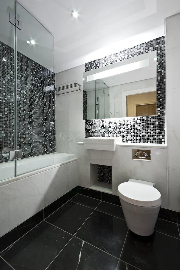 белизна сюиты en сверстницы ванной комнаты черная стоковое фото rf