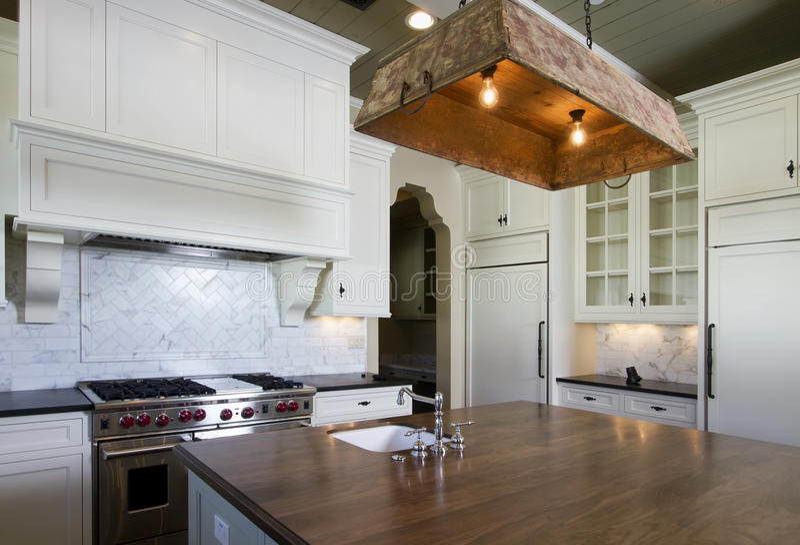 белизна типа кухни коттеджа домашняя стоковое изображение rf